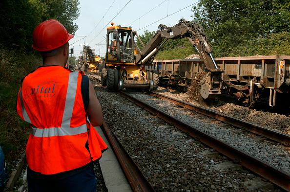 Construction Machinery「A Vital Rail employee observes the romval of track ballast」:写真・画像(8)[壁紙.com]