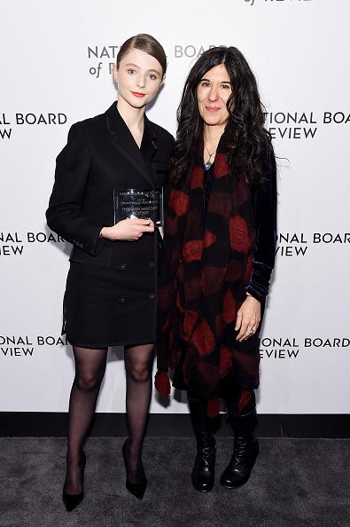 赤のコート「The National Board Of Review Annual Awards Gala - Inside」:写真・画像(11)[壁紙.com]