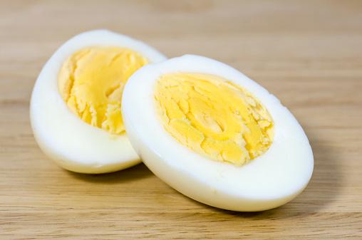 Hard-Boiled Egg「Hard boiled egg cut in half on chopping board」:スマホ壁紙(3)