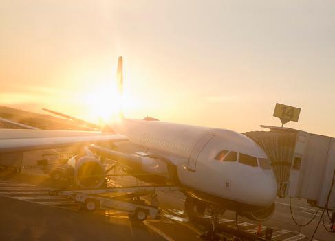 Kennedy Airport「USA, New York, JFK airport, aeroplane, sun flare, dusk」:スマホ壁紙(6)