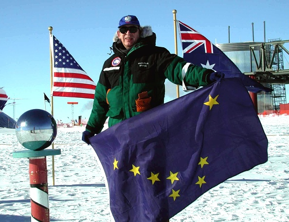 Pole「Dr Ronald S Shemenski Stands At The Ceremonial South Pole Holding A」:写真・画像(19)[壁紙.com]
