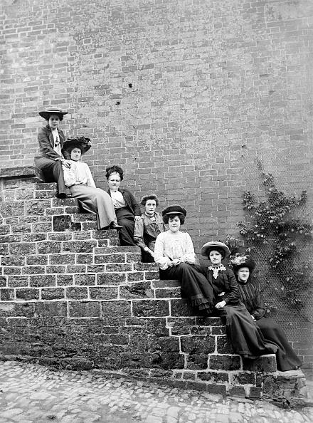 Edwardian Style「Women Sitting On Steps Of An Unidentified Building」:写真・画像(1)[壁紙.com]