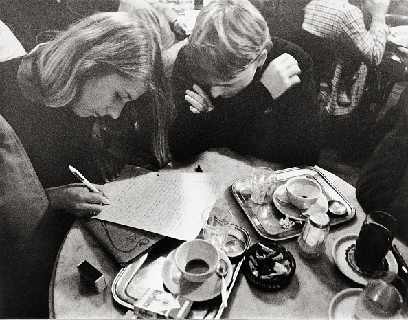 Writing「Guests in Cafe Hawelka, Vienna, Photograph, Around 1982」:写真・画像(14)[壁紙.com]