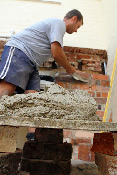 Patio Doors「Man on platform bricklaying at house, UK」:写真・画像(3)[壁紙.com]