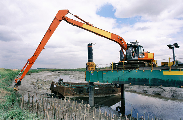 Reaching「Pushing in the stakes to contan the faggots using an attachment on the arm of the long reach Htiachi excavator on the jack up barge, Dartford Creek erosion control」:写真・画像(12)[壁紙.com]