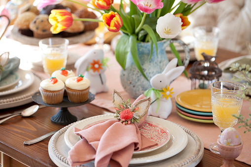 Easter Bunny「Easter Dining」:スマホ壁紙(1)