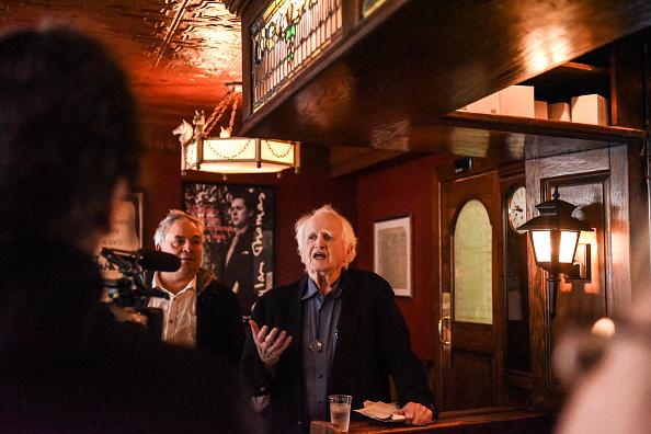 歌う「Protest Held At Iconic Greenwich Village Bar, The White Horse Tavern, Over Its Change Of Ownership」:写真・画像(0)[壁紙.com]