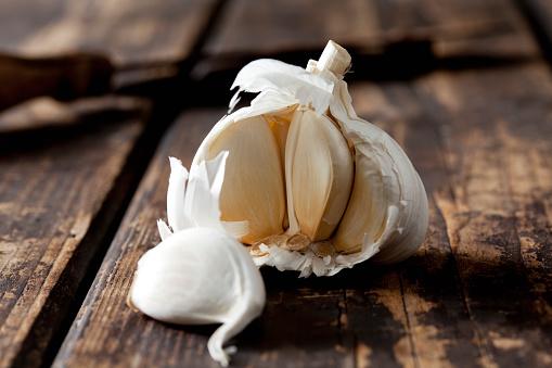 Garlic Clove「Garlic on dark wood」:スマホ壁紙(16)