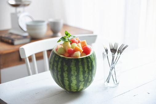メロン「Summer salad on table」:スマホ壁紙(5)
