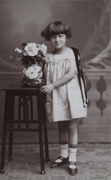 Vase「Young Girls Around The Age Of 6 Years With A Vase Of Flowers On The Studio Table. About 1920. Photograph By Joh. Burkl / Schwechat.」:写真・画像(19)[壁紙.com]