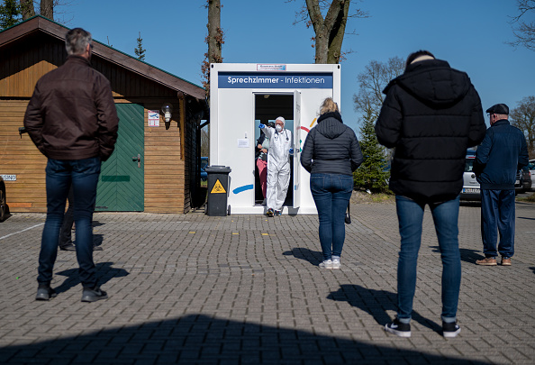 Throat「Local Doctor Provides Coronavirus Testing From Parking Lot Container」:写真・画像(4)[壁紙.com]