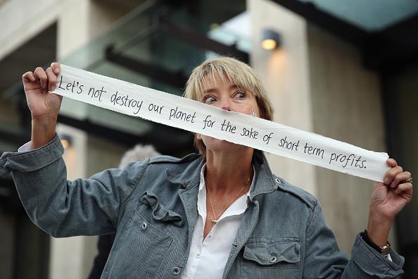 Economy「Emma Thompson Helps Greenpeace Celebrate As Shell Halts Arctic Oil Drilling」:写真・画像(13)[壁紙.com]