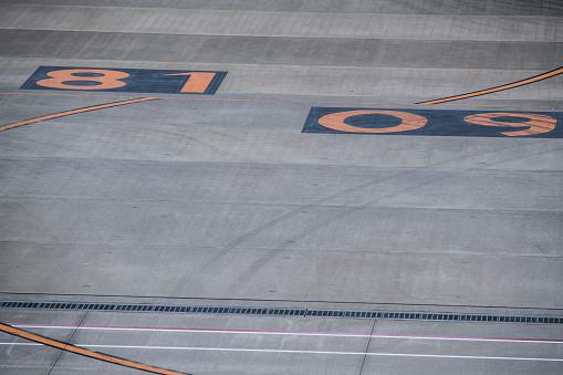 キャラクター「空港の滑走路に描かれた数字。」:スマホ壁紙(13)