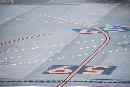 Japan「空港の滑走路に描かれた数字。」:スマホ壁紙(17)