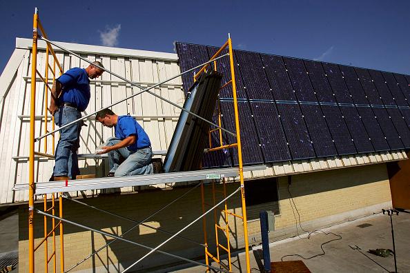 Installing「Long Island Town Unveils Its New Solar Energy System」:写真・画像(1)[壁紙.com]