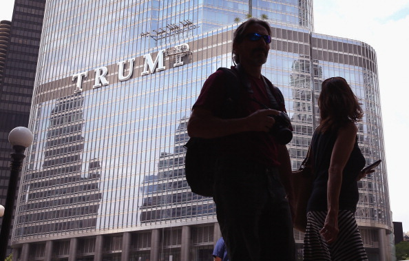 Corporate Business「Large Trump Sign On Trump Building In Chicago Draws Ire Of Many In City」:写真・画像(3)[壁紙.com]