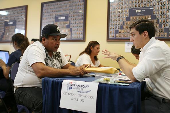 Florida International University「Free Clinic Provides Immigration Assistance For Those Applying For U.S. citizenship」:写真・画像(17)[壁紙.com]