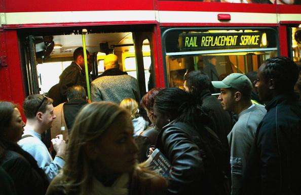 鉄道・列車「Commuters Suffer Delays After Underground Derailment」:写真・画像(11)[壁紙.com]