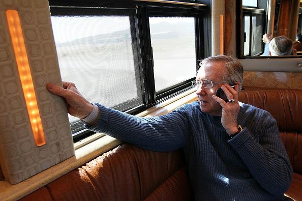 Justin Sullivan「Sen. Harry Reid Embarks On Bus Tour Throughout His Home State Nevada」:写真・画像(4)[壁紙.com]