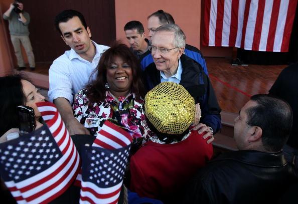 Justin Sullivan「Sen. Harry Reid Embarks On Bus Tour Throughout His Home State Nevada」:写真・画像(5)[壁紙.com]