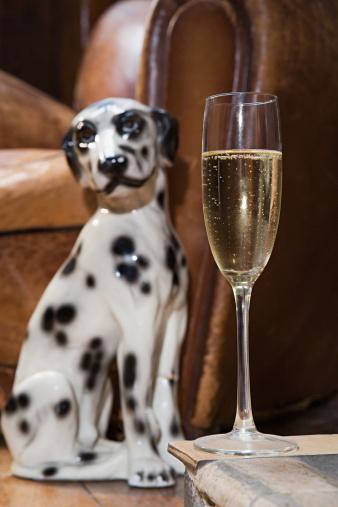 Figurine「Ornamental dog by champagne glass」:スマホ壁紙(9)