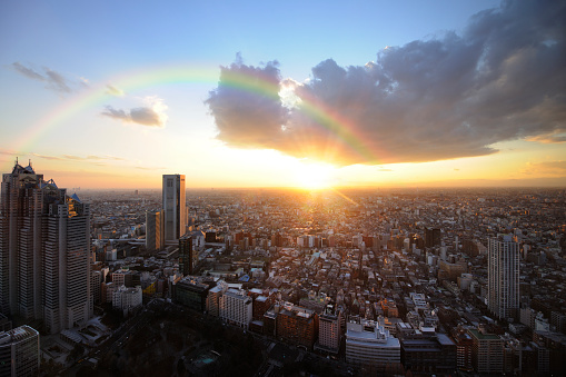 虹「The setting sun and a rainbow over East Tokyo from the Tokyo Metropolitan Government Offices observation room, Shinjuku-ku, Tokyo, Japan」:スマホ壁紙(13)