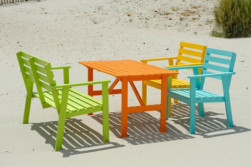 余暇「Corsica, Calvi, colorful tables and benches at beach」:スマホ壁紙(5)