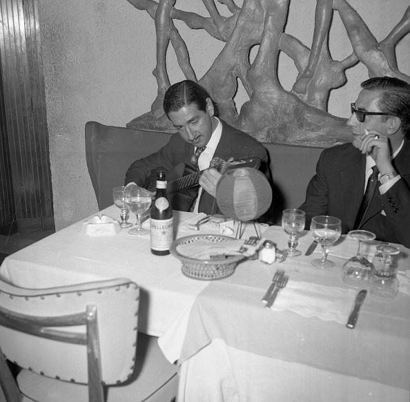 Fork「Vittorio de Sica with Jaime de Mora y Aragón in restaurant, Italy 1961」:写真・画像(8)[壁紙.com]