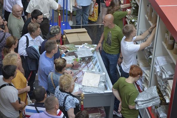 Wojtek Laski「Brisk Trade In Putin T-Shirts」:写真・画像(5)[壁紙.com]