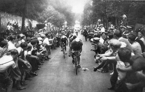 Riding「Tour de France cyclists and cheering crowd」:写真・画像(13)[壁紙.com]
