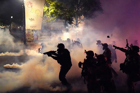 Portland - Oregon「Feds Attempt To Intervene After Weeks Of Violent Protests In Portland」:写真・画像(4)[壁紙.com]