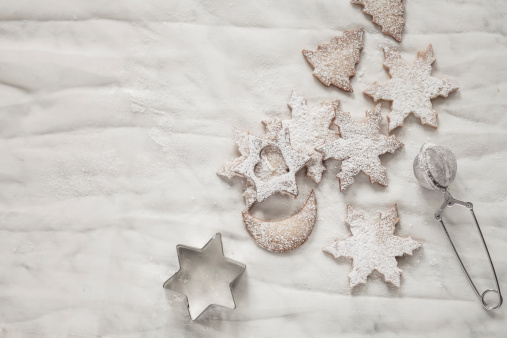 半月「With powdered sugar sprinkled Christmas cookies, strainer and cookie cutter on white ground」:スマホ壁紙(6)