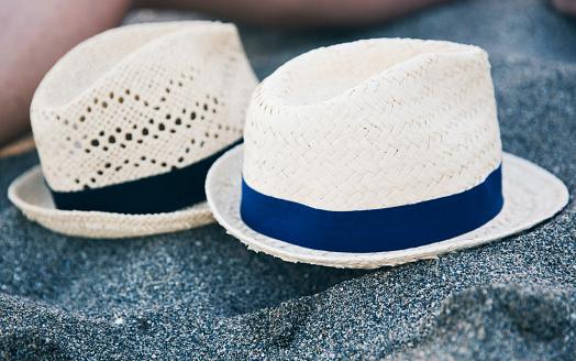 Two Objects「Two hats on a rock」:スマホ壁紙(6)