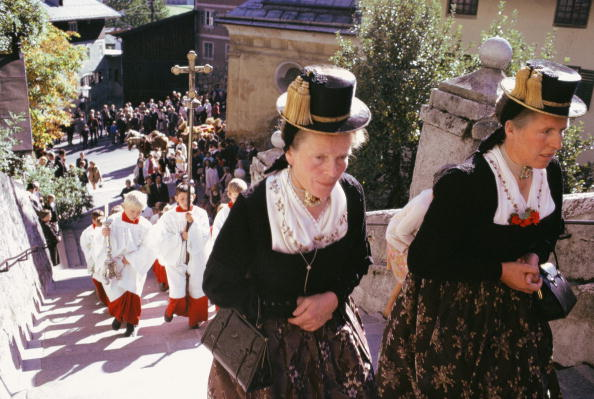 "Corpus Christi - Texas「Tyrolean peasant women in traditional ""Kassettl""-costume at the Corpus Christi procession in Kitzbuehel, Tyrol, Austria, Photograph, Around 1980」:写真・画像(9)[壁紙.com]"