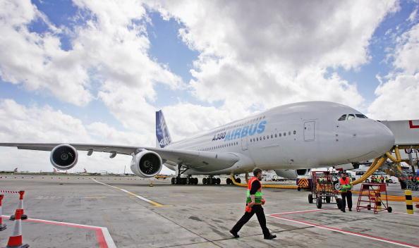 Heathrow Airport「Airbus A380 Super Jumbo Debut Landing At Heathrow」:写真・画像(11)[壁紙.com]