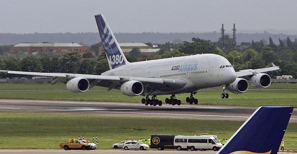 Heathrow Airport「Airbus A380 Super Jumbo Debut Landing At Heathrow」:写真・画像(12)[壁紙.com]