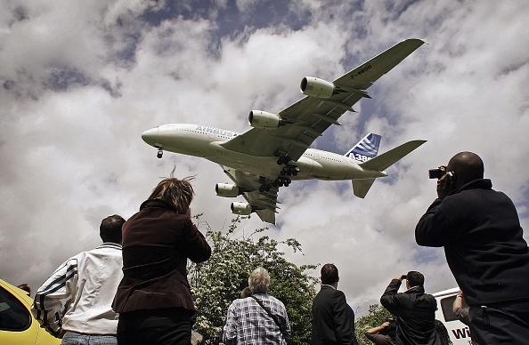Heathrow Airport「Airbus A380 Super Jumbo Debut Landing At Heathrow」:写真・画像(9)[壁紙.com]