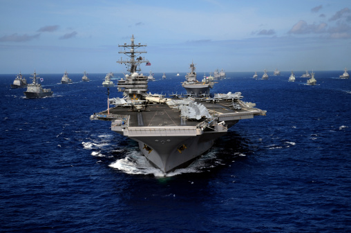 Military「Aircraft carrier USS Ronald Reagan leads a mass formation of ships through the Pacific Ocean.」:スマホ壁紙(6)