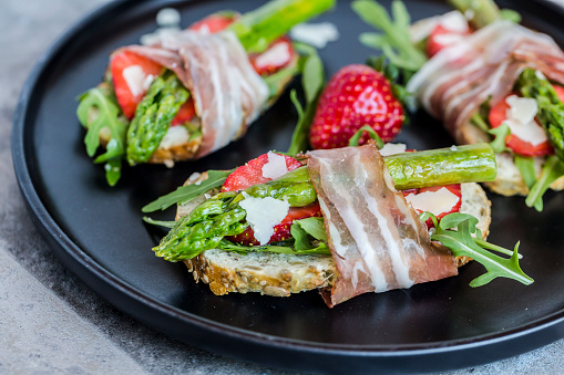 French Food「Baguette with strawberries, rocket, asparagus, pecorino flakes and bacon」:スマホ壁紙(5)
