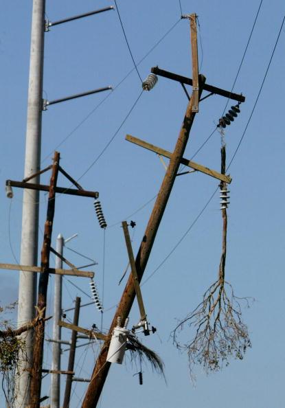 Pole「Residents Survey Damage In Wake Of Hurricane Charley」:写真・画像(4)[壁紙.com]