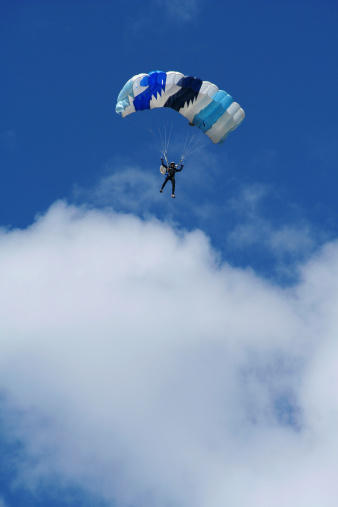 Paragliding「Parachutist in air」:スマホ壁紙(9)