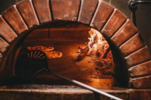 Italian Culture「Pizza Margherita inside the oven」:スマホ壁紙(10)