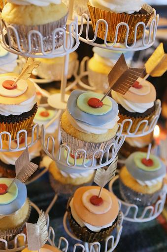 カップケーキ「Cupcakes in a tiered holder decorated with layers of icing and feathers」:スマホ壁紙(3)
