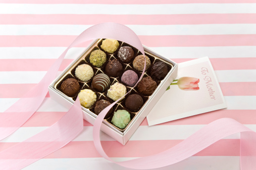 母の日「A box of truffles and a greeting card for Mother's Day.」:スマホ壁紙(3)