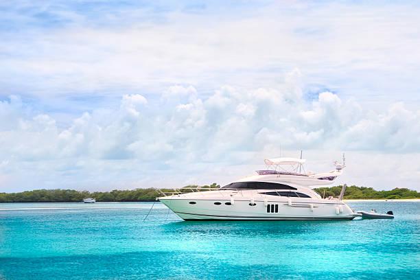 Luxury Yachts anchored in a tropical exotic island beach:スマホ壁紙(壁紙.com)