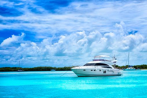豪華 ビーチ「ラグジュアリーヨット落ち着く南国の島で、トルコブルーのビーチ」:スマホ壁紙(15)