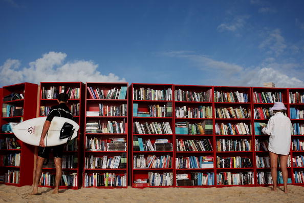 Writing「IKEA Create World's Longest Outdoor Bookcase On Bondi Beach」:写真・画像(1)[壁紙.com]