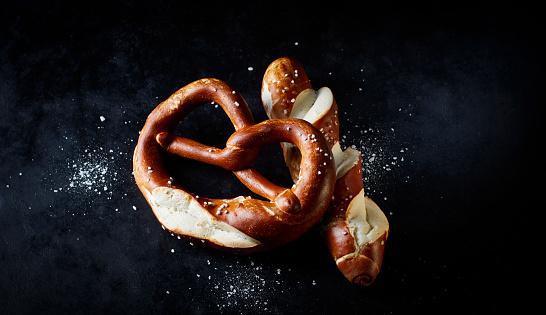 Sensory Perception「Pretzel and pretzel roll on dark ground」:スマホ壁紙(12)