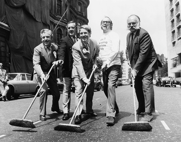 Sweeping「Television Stars Sweeping The Streets」:写真・画像(18)[壁紙.com]
