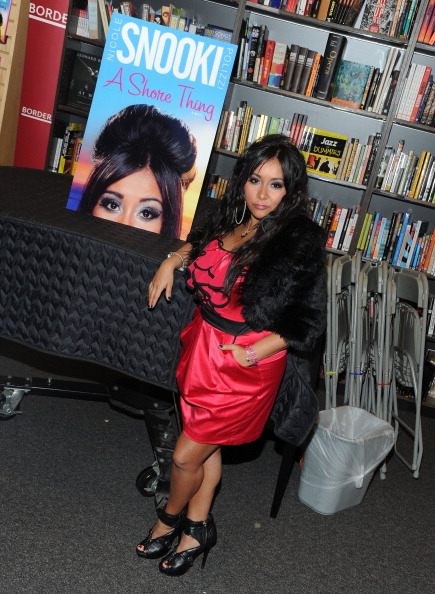 """Hands In Pockets「Nicole """"Snooki"""" Polizzi Signs Copies Of """"A Shore Thing""""」:写真・画像(12)[壁紙.com]"""
